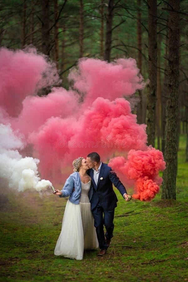 Braut und Bräutigam am Hochzeitstag lizenzfreies stockfoto