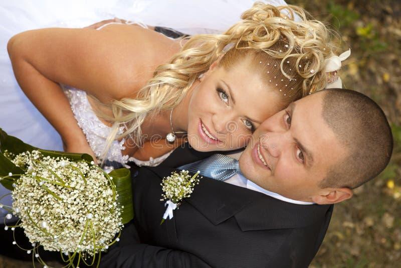 Braut und Bräutigam am Hochzeitsweg stockbild