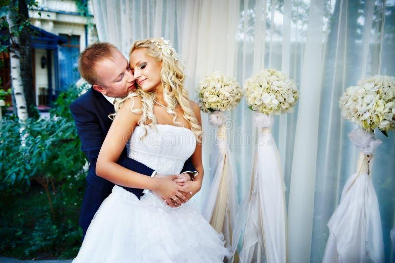 Braut und Bräutigam im Hochzeit Gazebo lizenzfreies stockfoto
