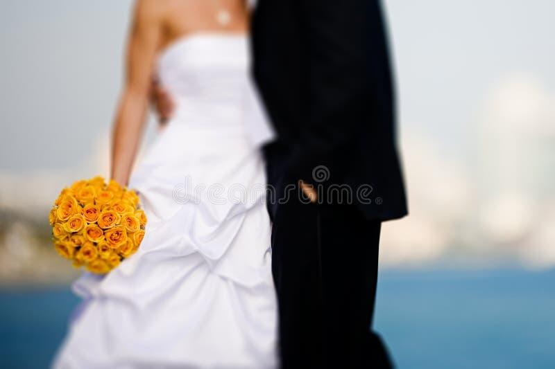 Braut und Bräutigam mit Blumenstrauß stockfotos
