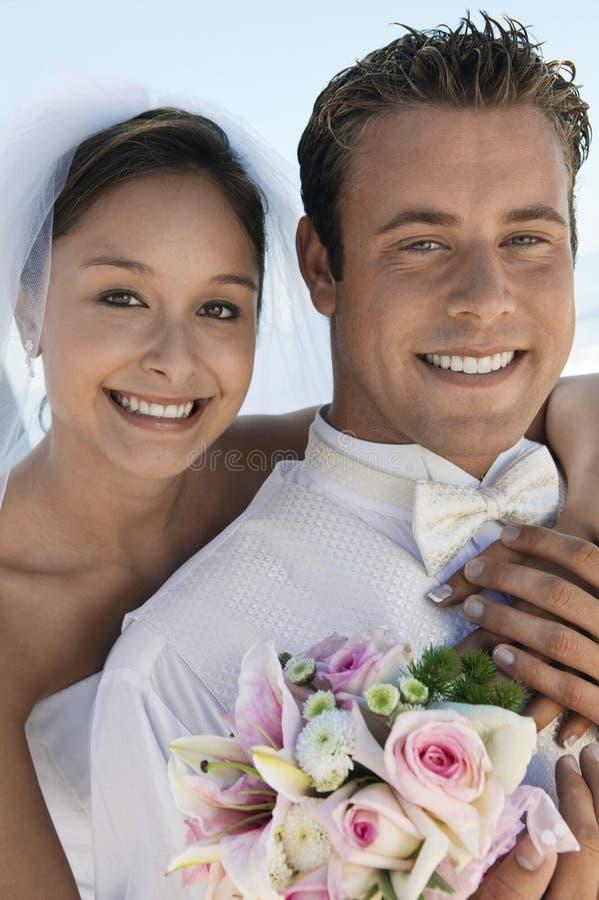 Braut und Bräutigam mit Blumenstrauß draußen (Nahaufnahme) (Porträt) lizenzfreie stockfotografie