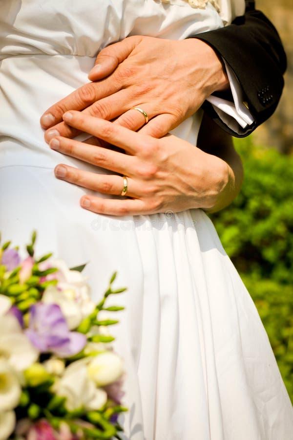 Braut und Bräutigam mit Blumenstrauß Hände der Braut und des Bräutigams mit Ringen stockbilder