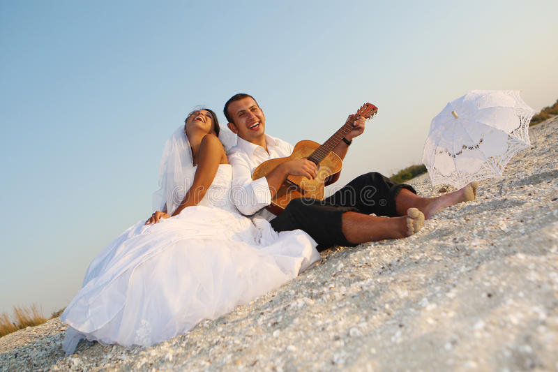 Braut und Bräutigam mit der Gitarre lizenzfreie stockfotos