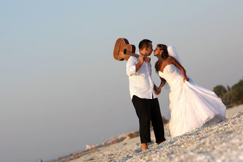 Braut und Bräutigam mit der Gitarre stockbild