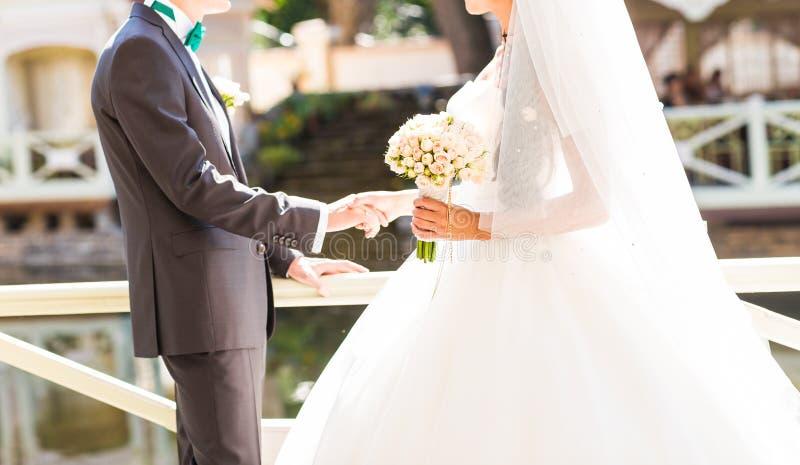 Braut und Bräutigam mit Hochzeit bouquete stockfoto