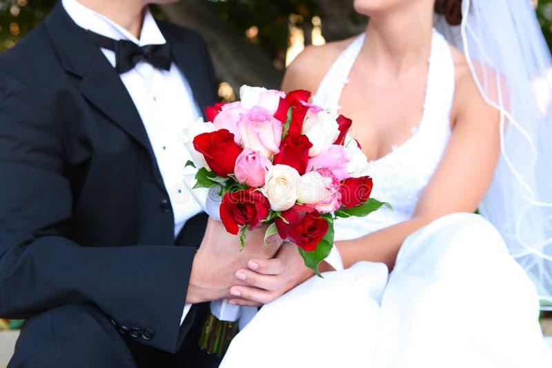 Braut und Bräutigam mit Hochzeits-Blumen stockfotografie