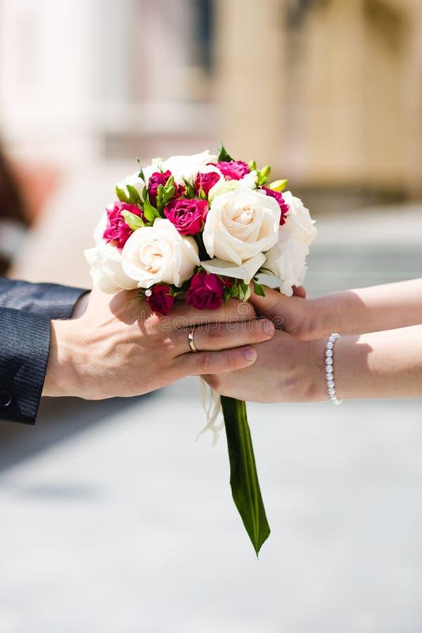 Braut und Bräutigam mit Hochzeitsblumenstrauß lizenzfreie stockfotografie