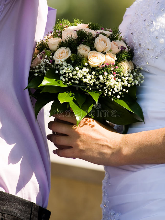 Braut und Bräutigam mit Hochzeitsblumenstrauß stockbilder