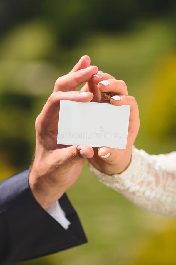 Braut und Bräutigam mit leerer Karte stockfotos