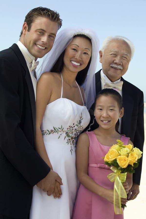 Braut und Bräutigam mit Vater und Schwester lizenzfreies stockbild