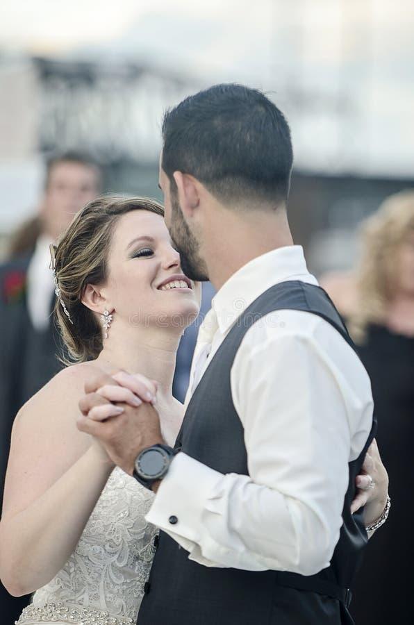 Braut-und Bräutigam-Tanz stockbild