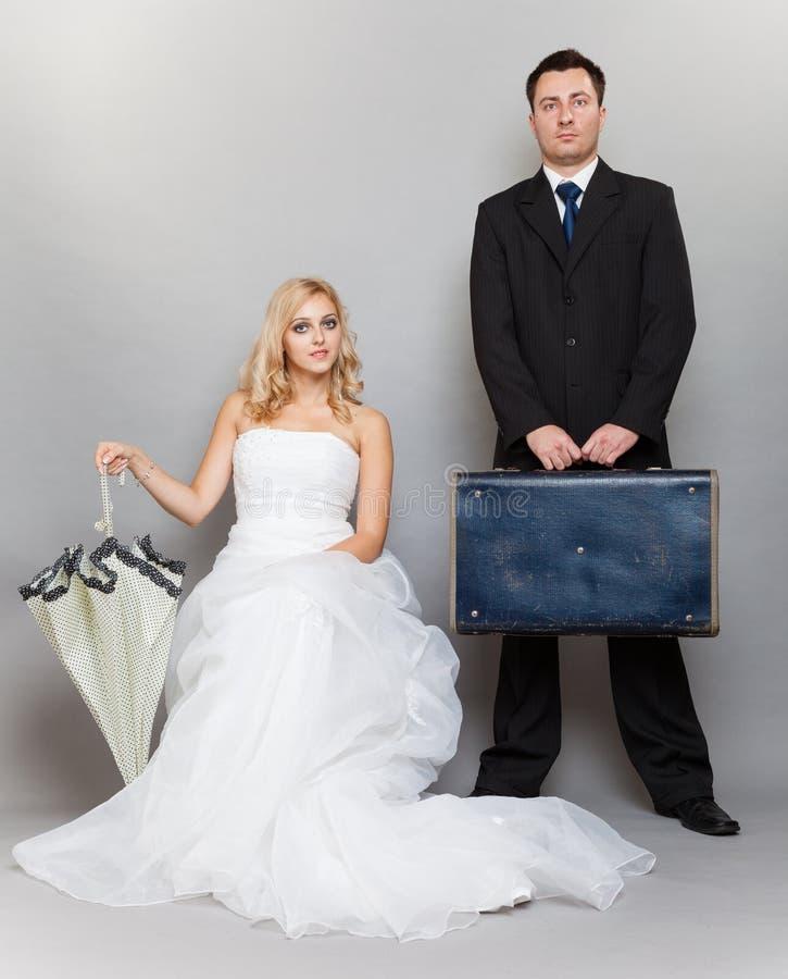Braut- und Bräutigamatelieraufnahme des verheirateten Paars stockbilder