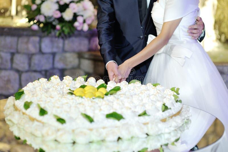 Braut- und Bräutigamausschnitthochzeitstorte am Hochzeitsempfang stockbilder