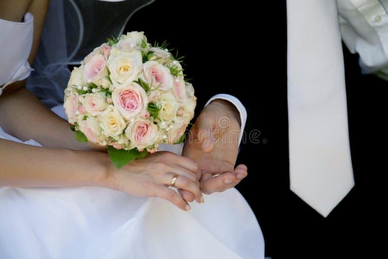 Braut- und Bräutigamhände lizenzfreies stockbild
