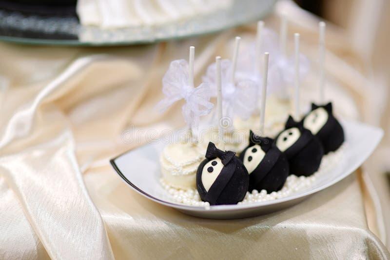 Braut- und Bräutigamkuchenknalle stockfotografie