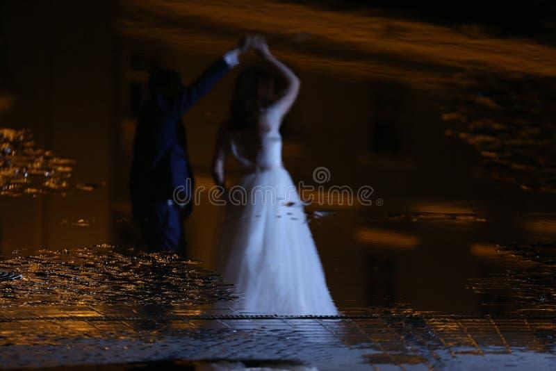 Braut- und Bräutigamtanzen in der Nacht stockbild