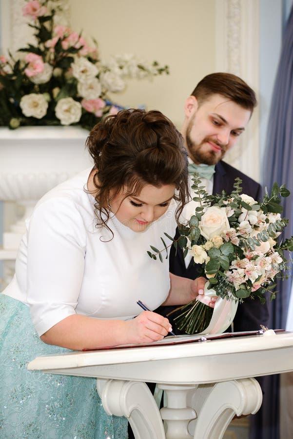 Braut- und Bräutigamzeichen im Registeramt stockfoto