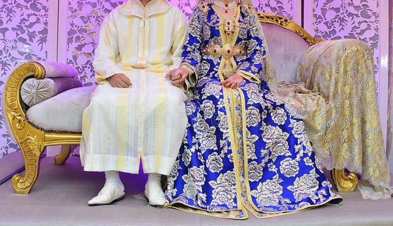 Braut und Bräutigkleid in der Hochzeit Caftan marokkanisch und Jellaba stockfotos