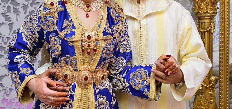 Braut und Bräutigkleid in der Hochzeit Caftan marokkanisch und Jellaba stockbilder
