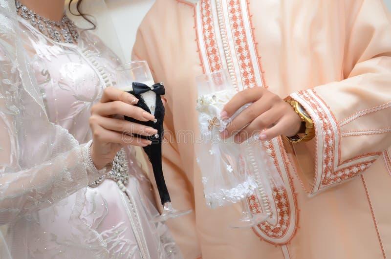 Braut und Bräutigkleid in der Hochzeit Caftan marokkanisch und Jellaba - Image stockfotos