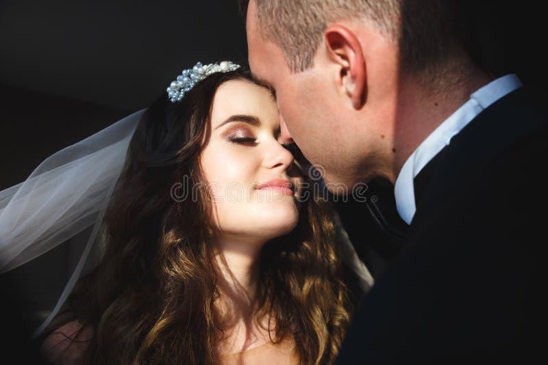 Braut und Br?utigam, die einander mit Liebe betrachten stockbild