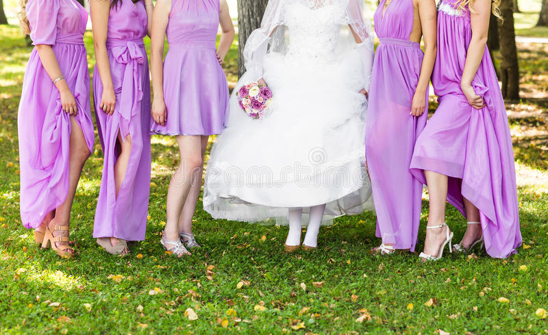 Braut- und Brautjunferfahrwerkbeine stockfoto
