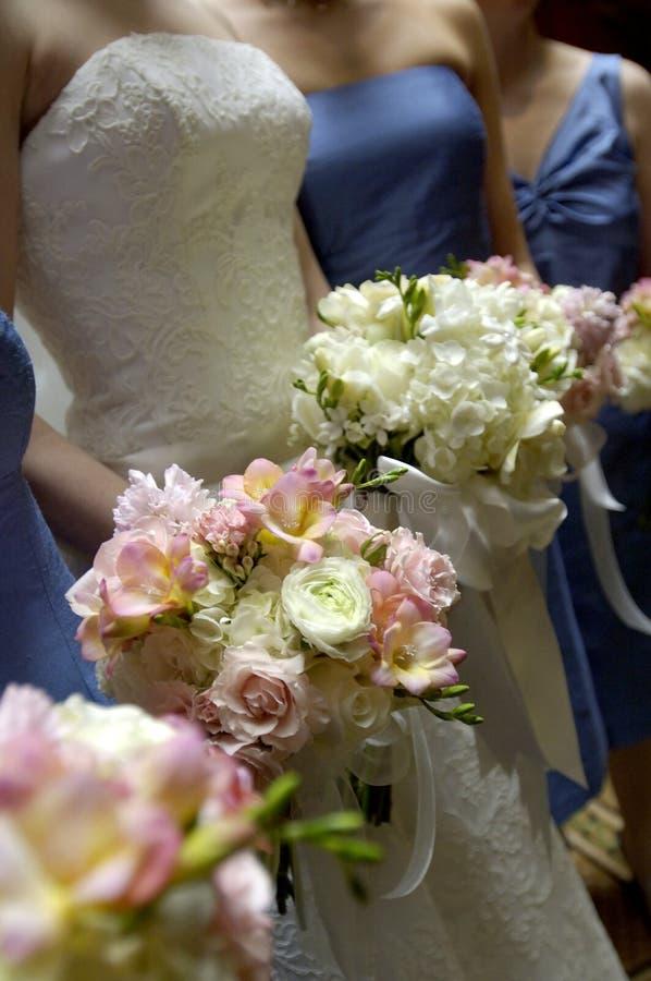 Braut und Brautjunfern stockfotos