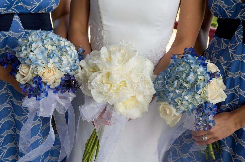 Braut und Brautjunfern mit Blumensträußen stockfotografie