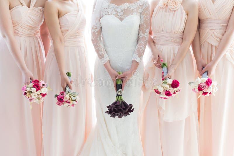 Braut und Brautjungfern lizenzfreie stockfotos