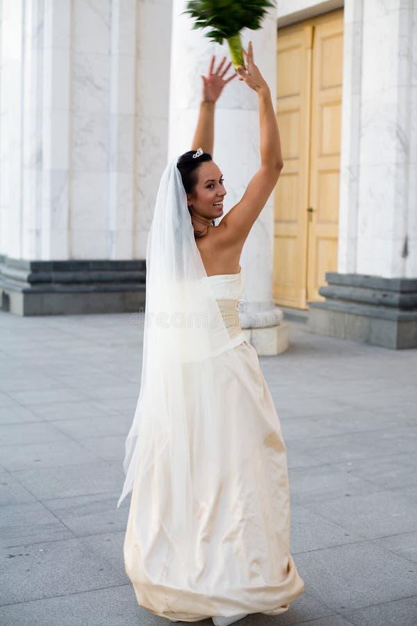 Braut und der Hochzeitsblumenstrauß stockbild