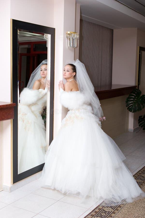Braut und ein großer Spiegel lizenzfreie stockfotos