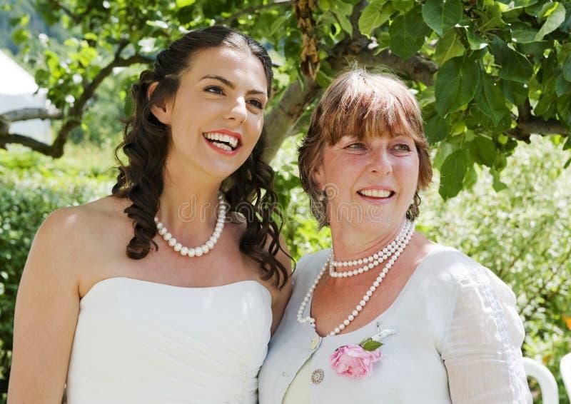 Braut und ihre Mutter, die einen ruhigen Moment genießen lizenzfreies stockbild