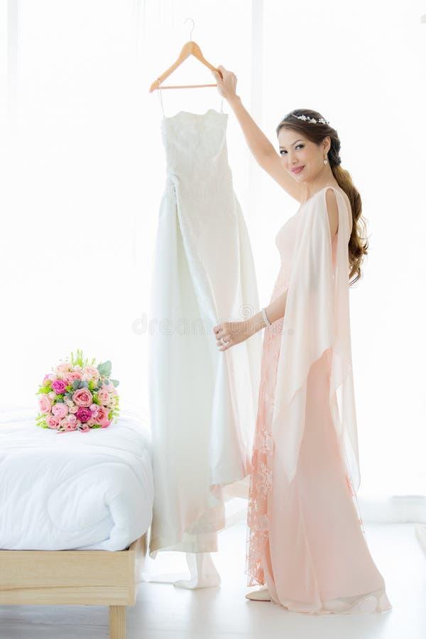 Braut und weddign Kleid lizenzfreie stockbilder
