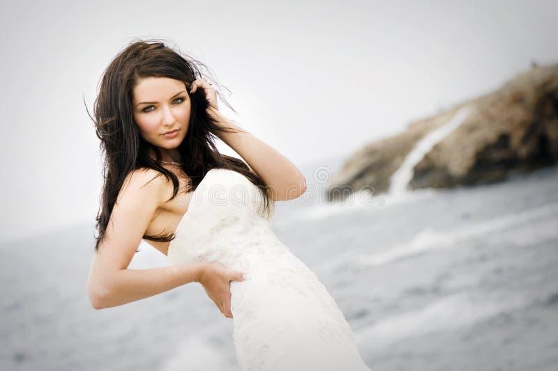 Braut vor dem Meer stockbild
