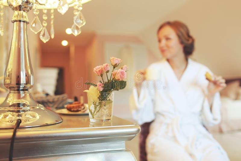 Braut wird morgens fertig lizenzfreies stockfoto