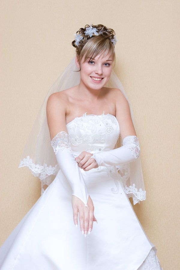 Braut zieht einen Handschuh über lizenzfreie stockfotografie