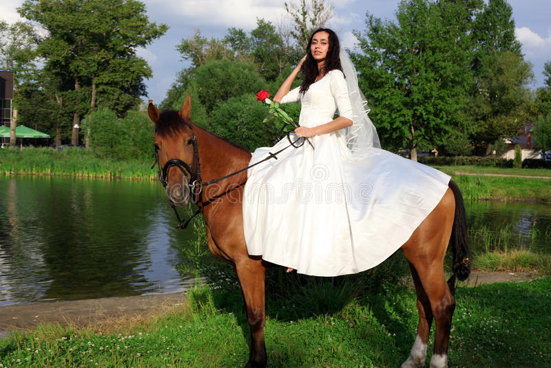Braut zu Pferde lizenzfreies stockbild