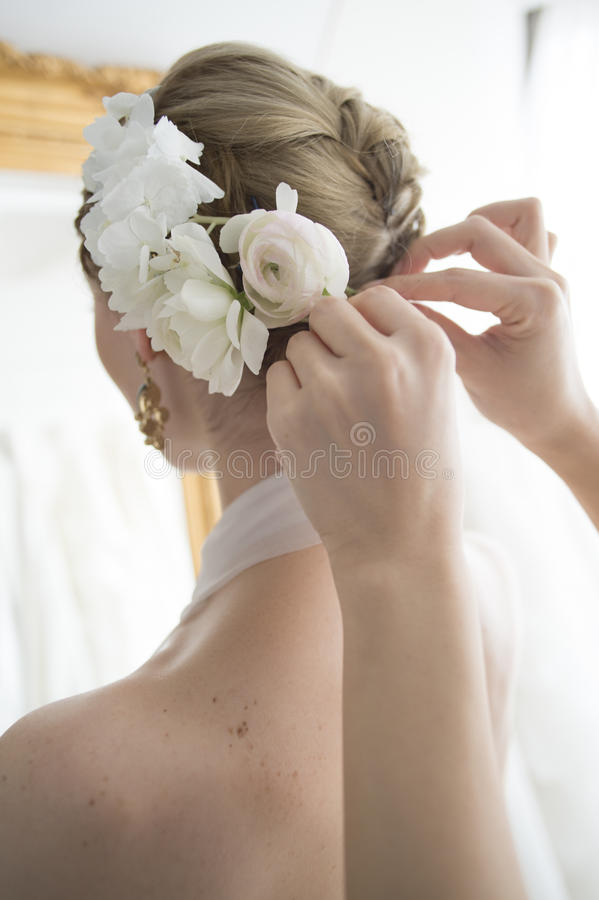 Braut, zum des Haares zu legen stockbild
