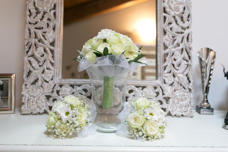 Brautblumensträuße für Braut und Brautjungfern stockbilder