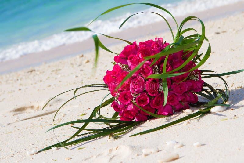 Brautblumenstrauß auf natürlichem Hintergrund stockfotografie