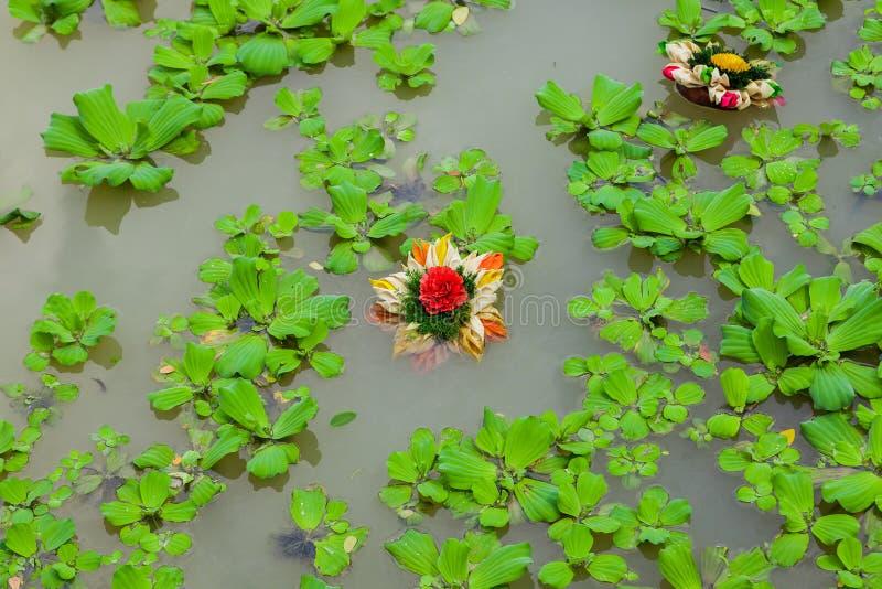 Brautblumenstrauß, der in einen Lilienteich schwimmt stockfotos