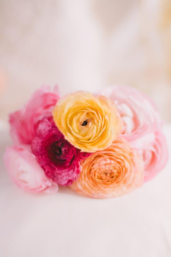 Brautblumenstrauß der rosafarbenen Blumen - Hochzeit, Feiertag und Blumengarten angeredetes Konzept stockbilder