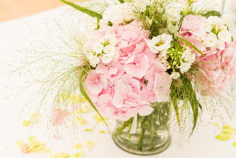 Brautblumenstrauß der Tag der Hochzeit lizenzfreie stockfotografie