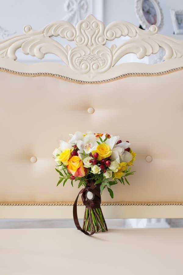 Brautblumenstrauß in einem Innenraum stockfotografie