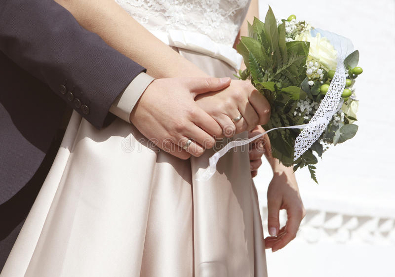 Brautblumenstrauß Hände stockbild