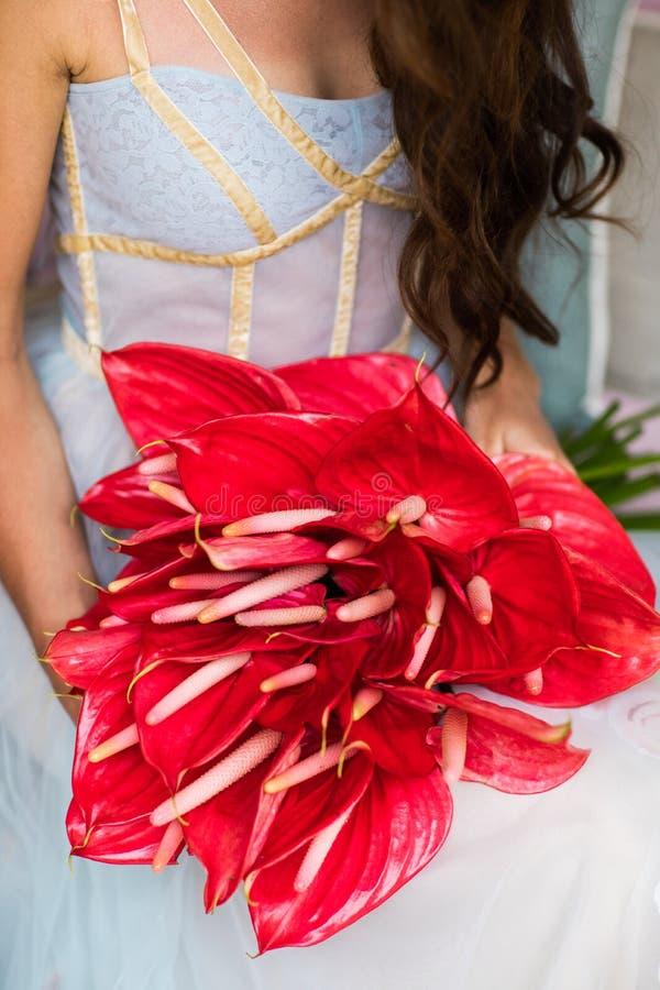 Brautblumenstrauß mit rotem Blütenschweif stockbilder