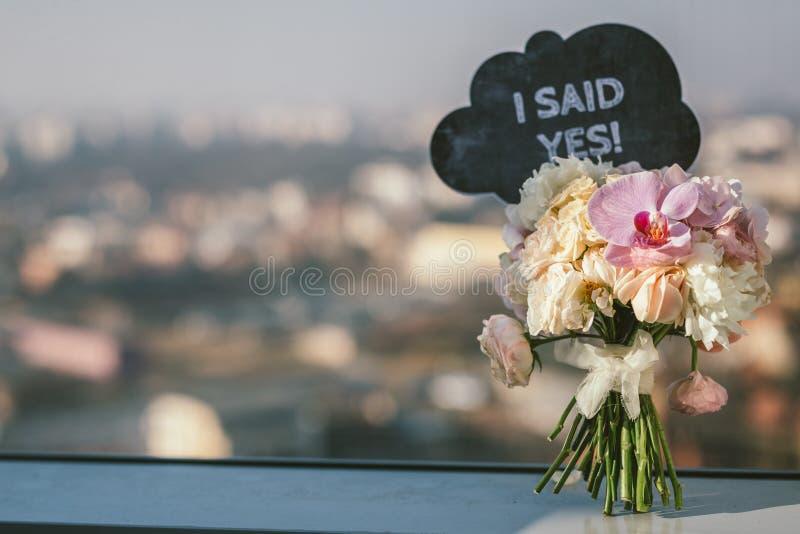 Brautblumenstrauß mit sagte mir ja Zeichen lizenzfreies stockfoto