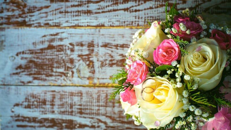 Brautblumenstrauß- und Jungvermähltenringe stockbild
