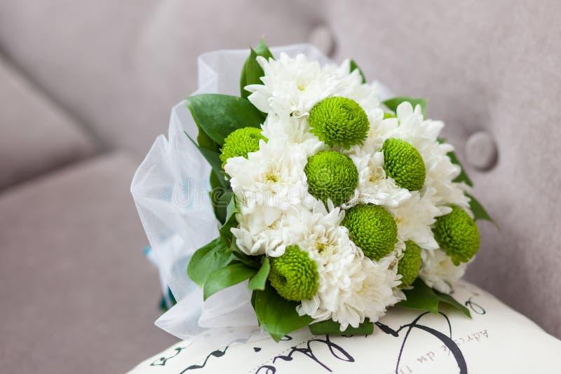 Brautblumenstrauß von grünen und weißen Blumen im Schleier lizenzfreies stockbild