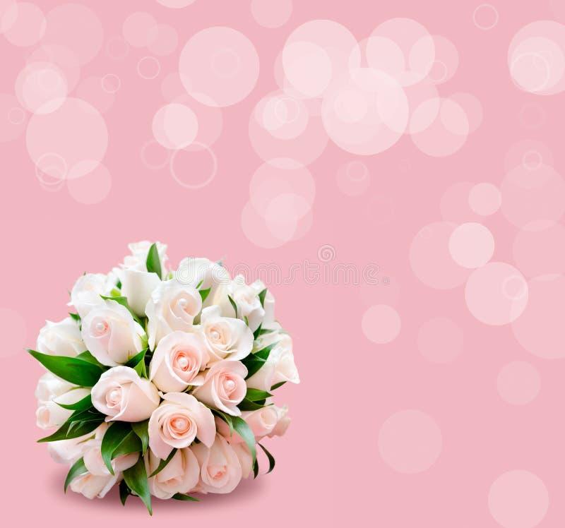 Brautblumenstrauß von Rosen auf rosa Hintergrund stockbild